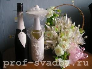 Украшение свадебных бутылок стало одним из модных тенденций в моде свадебных мероприятий.